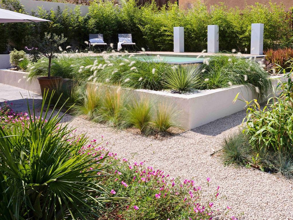 Aménagement jardin extérieur zen fleuri