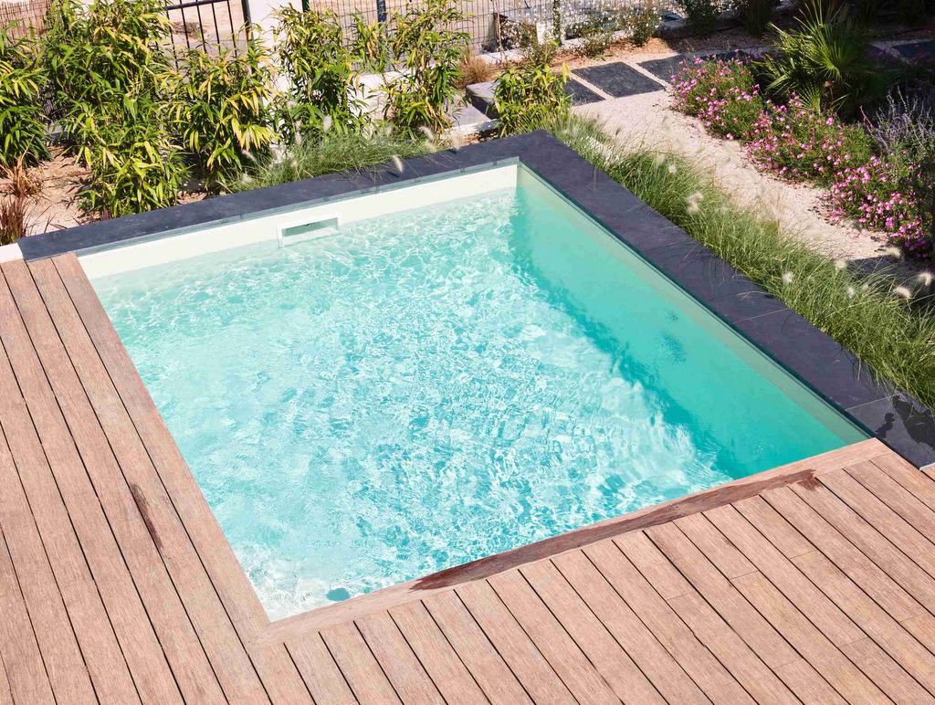 Construction d'une piscine carrelée avec terrasse en bois