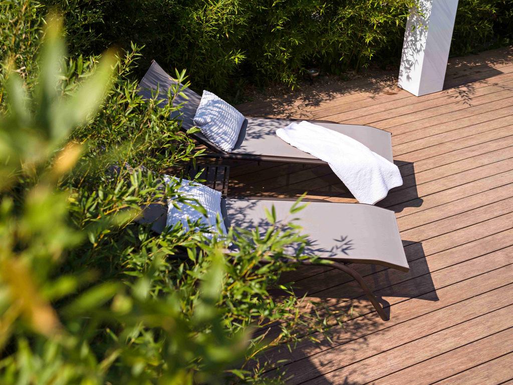 Entretien des espaces verts vue sur terrasse en bois