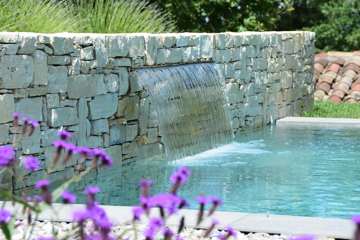 Lame d'eau montée sur un mur en pierres