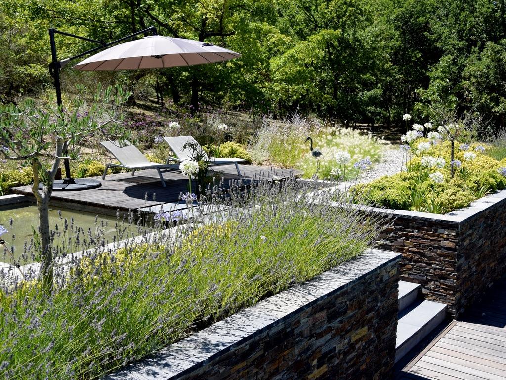 Aménagement d'un espace vert avec terrasse et végétation