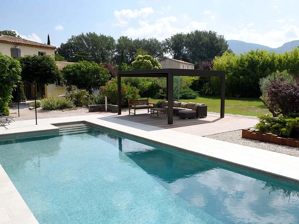 Aménagement d'un jardin extérieur avec piscine et terrasse
