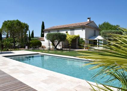 Aménagement d'un jardin moderne extérieur avec piscine