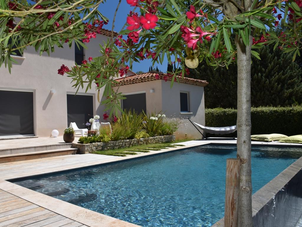 Aménagement paysager autour d'une piscine de luxe