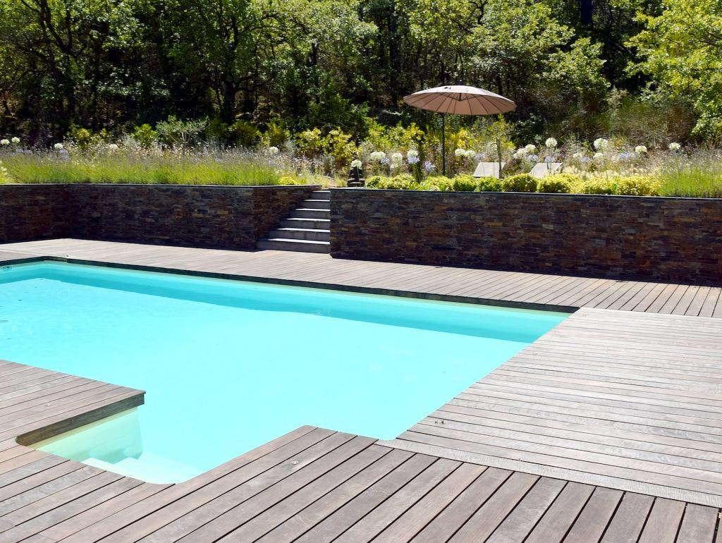 Conception de jardin moderne avec escalier et terrasse