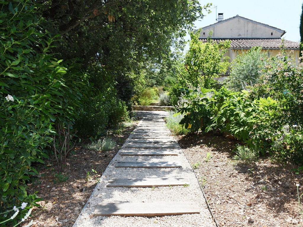 Conception jardin traverse chemin