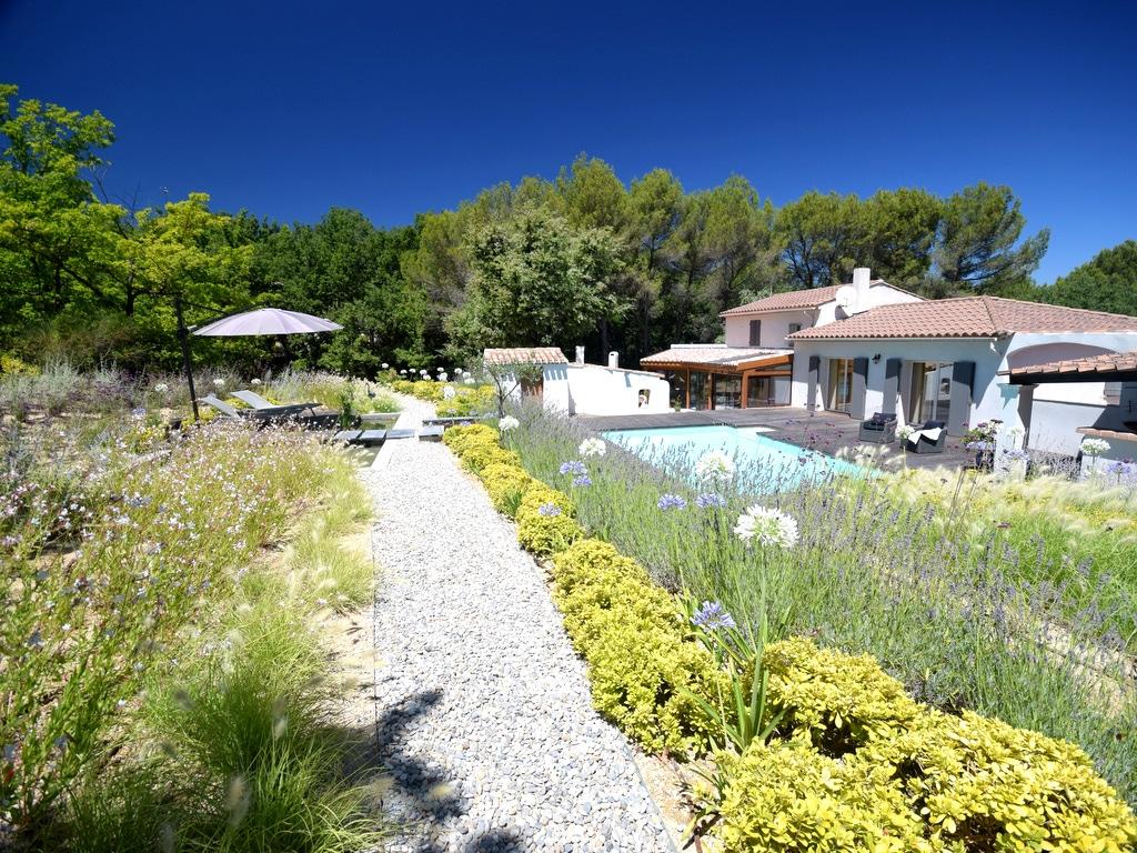 Conception de jardin paysager avec traverse en pierre
