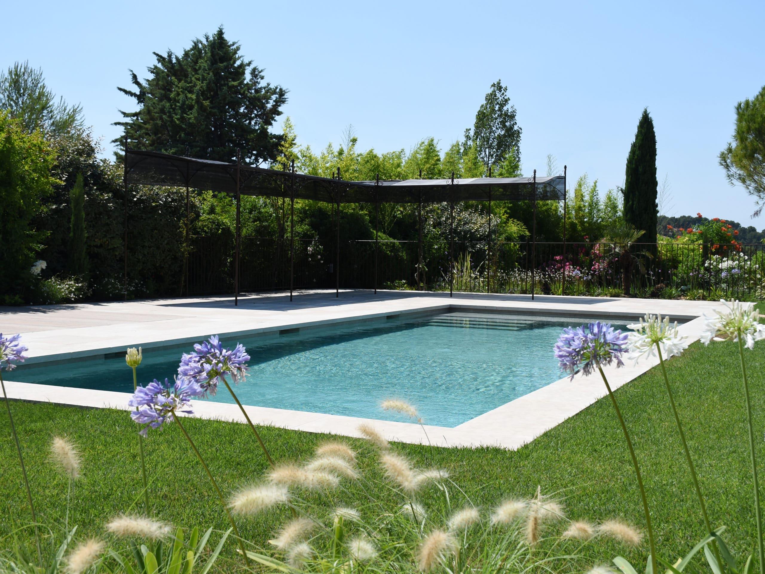 Construction d'une piscine avec fleurs agapanthe