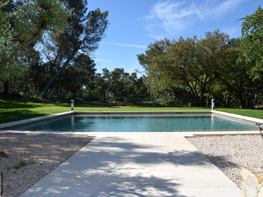 Construction d'une piscine avec une entrée dallée