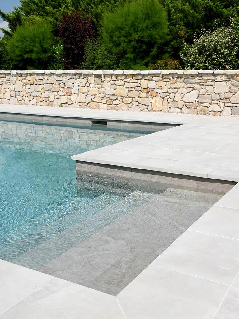 Construction d'une piscine avec escalier en béton