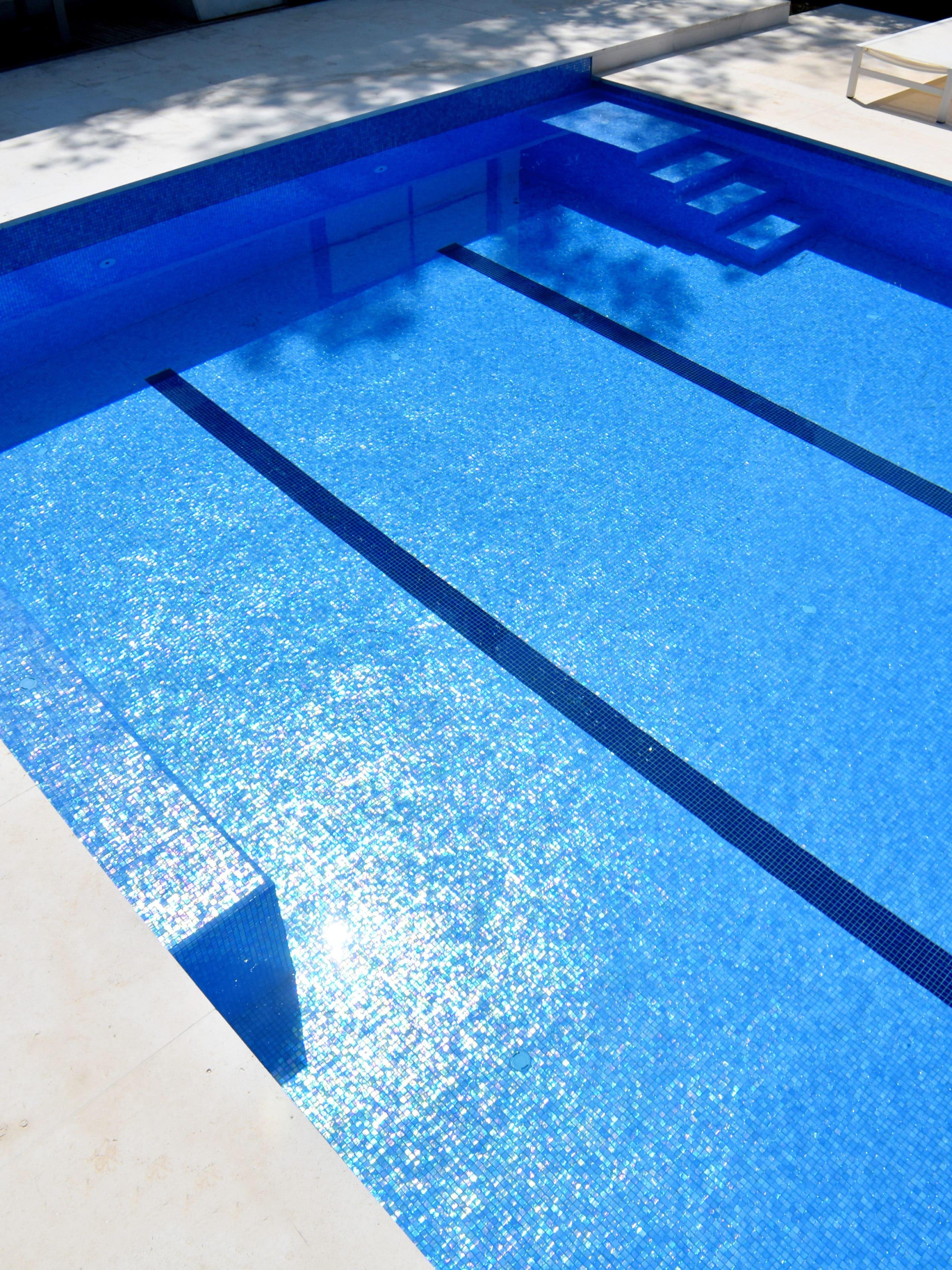 Construction d'une piscine carrelée avec escalier