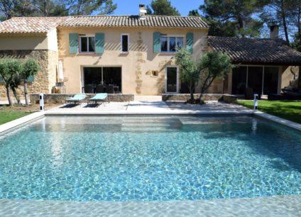 Construction d'une piscine monobloc vue sur maison