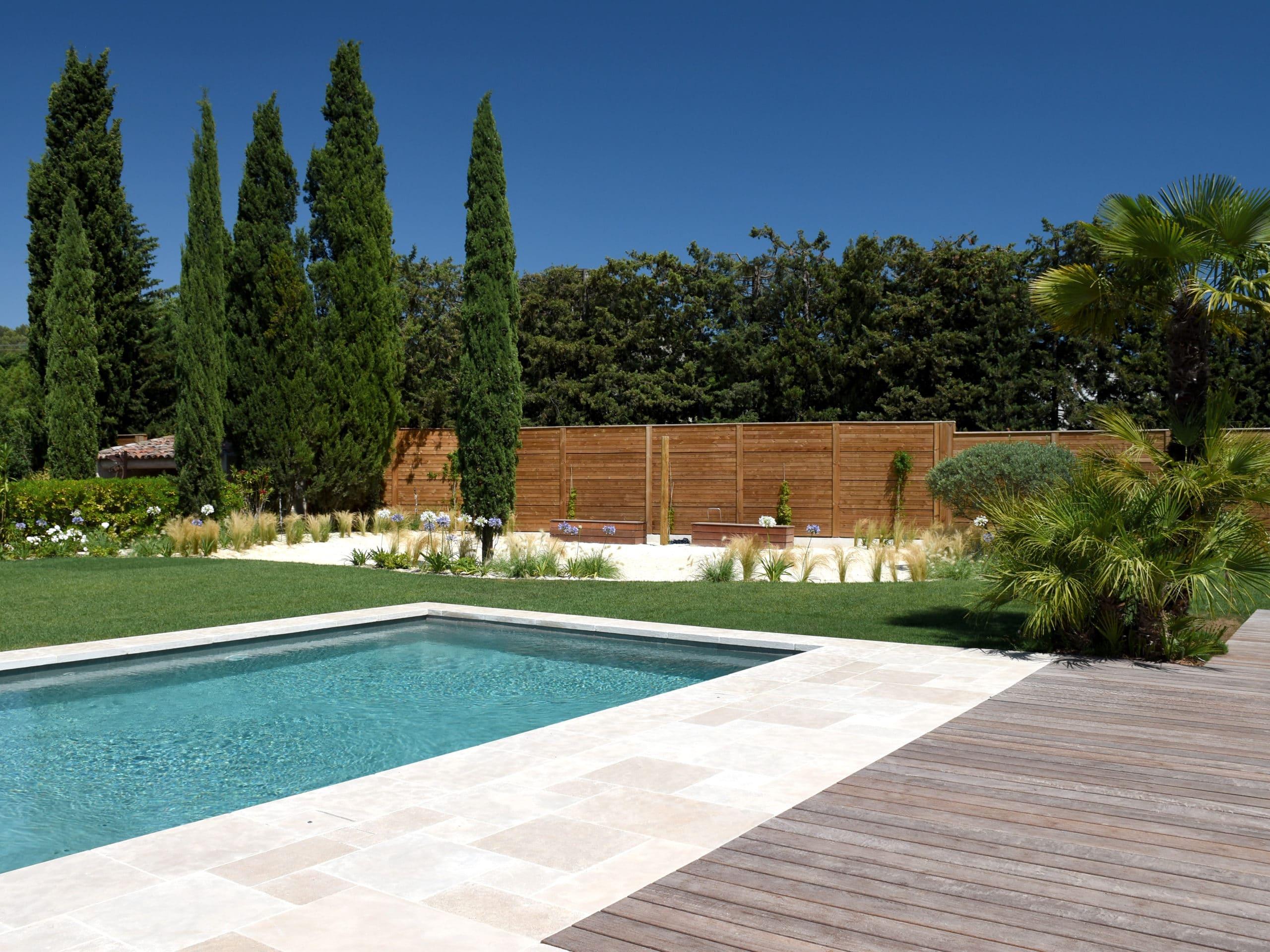 Construction d'une piscine avec terrasse et jardin