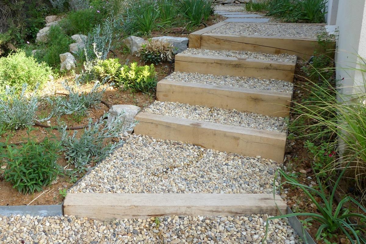 Escalier traverse bois et gravier roule