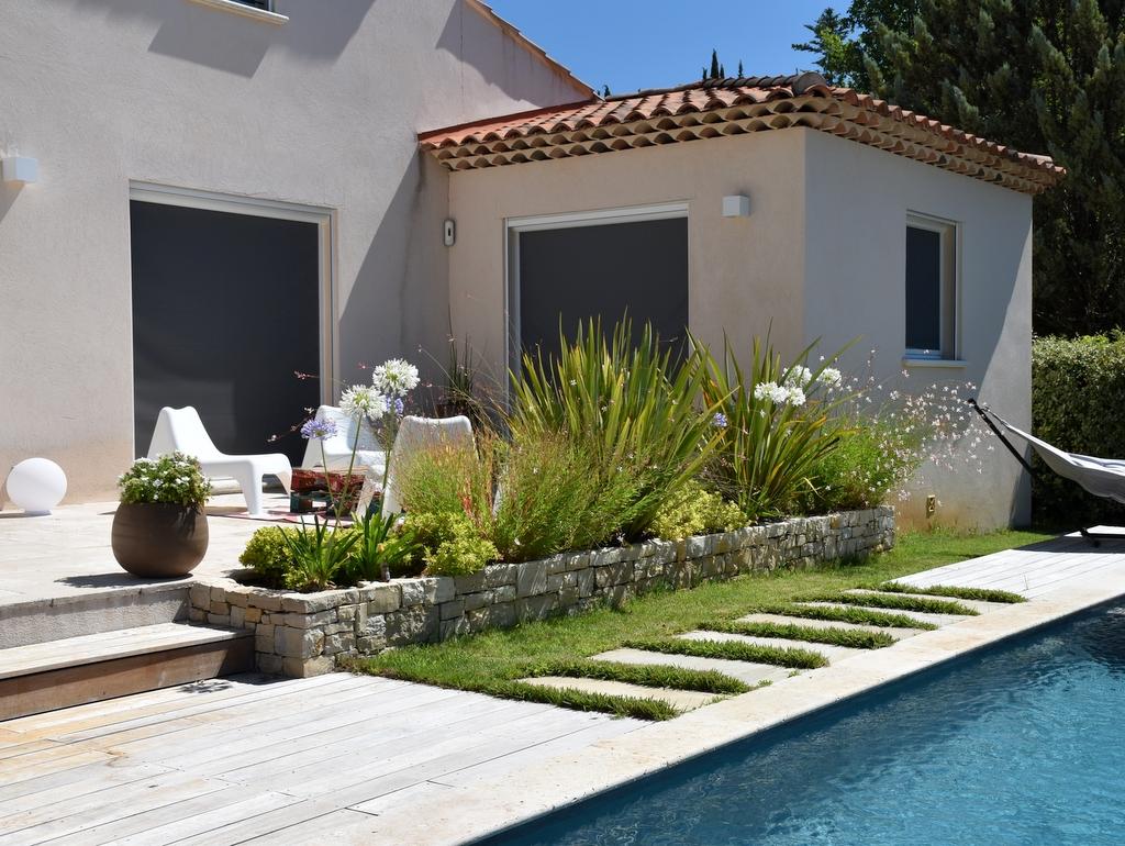 Création de jardin extérieur terrasse autour d'une piscine haut de gamme