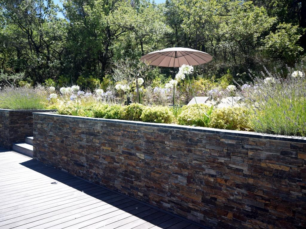 Création d'un jardin zen avec un mur en pierre