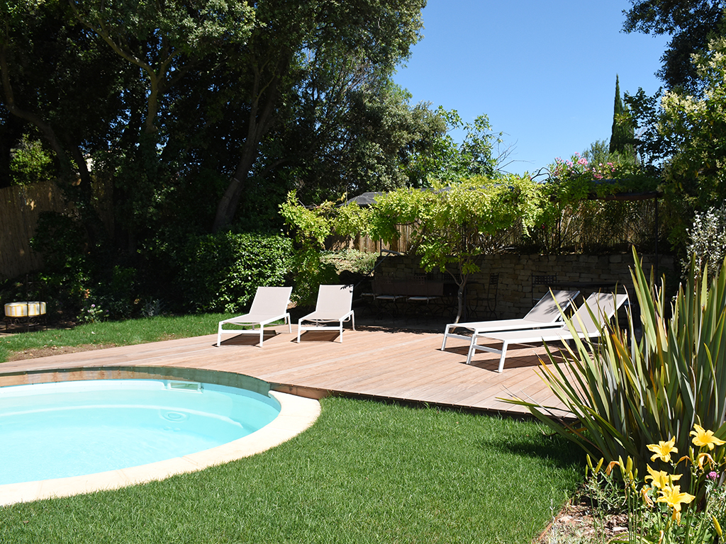 Création d'un jardin paysager en extérieur avec piscine