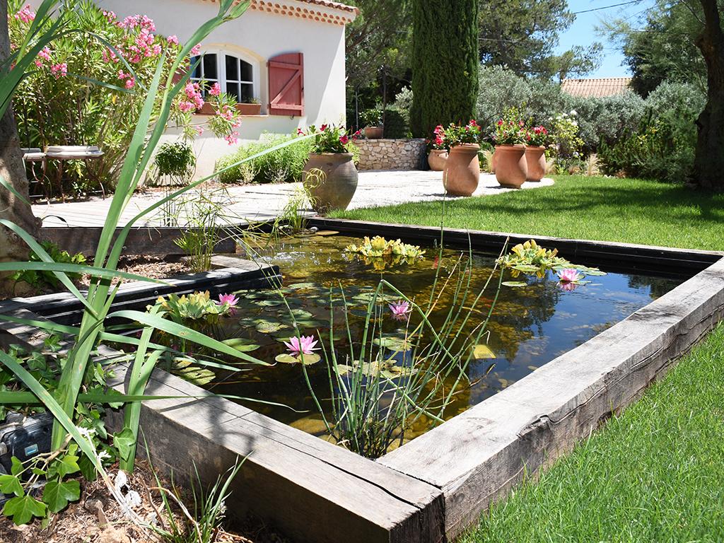 Création d'un jardin zen et moderne en extérieur avec bassin