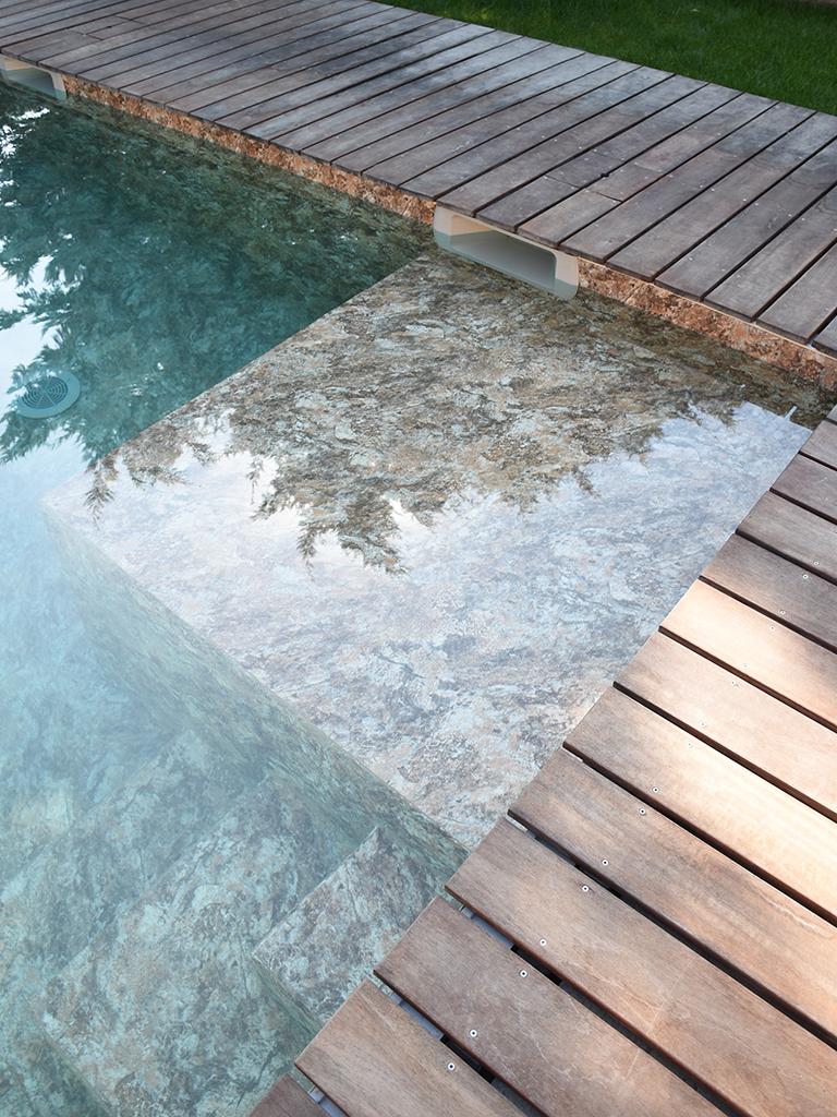 Construction piscine escalier en bois plage