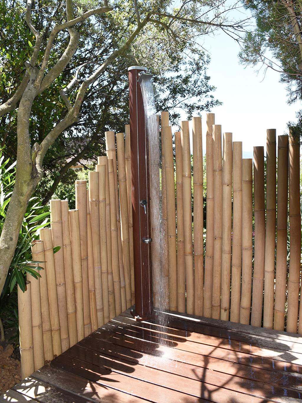 Jardin sur mesure avec douche en bambou