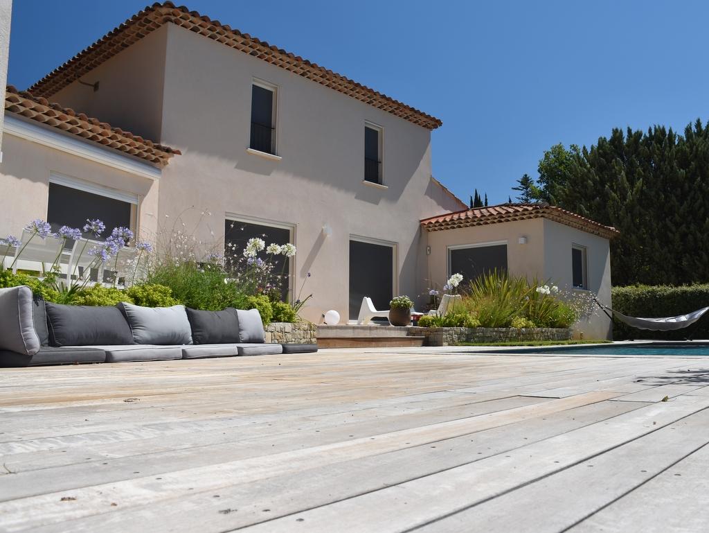 Construction piscine terrasse en bois blanc