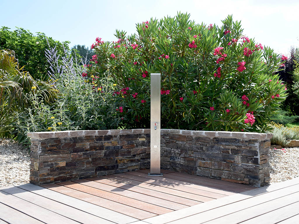 Jardin zen avec douche en extérieur