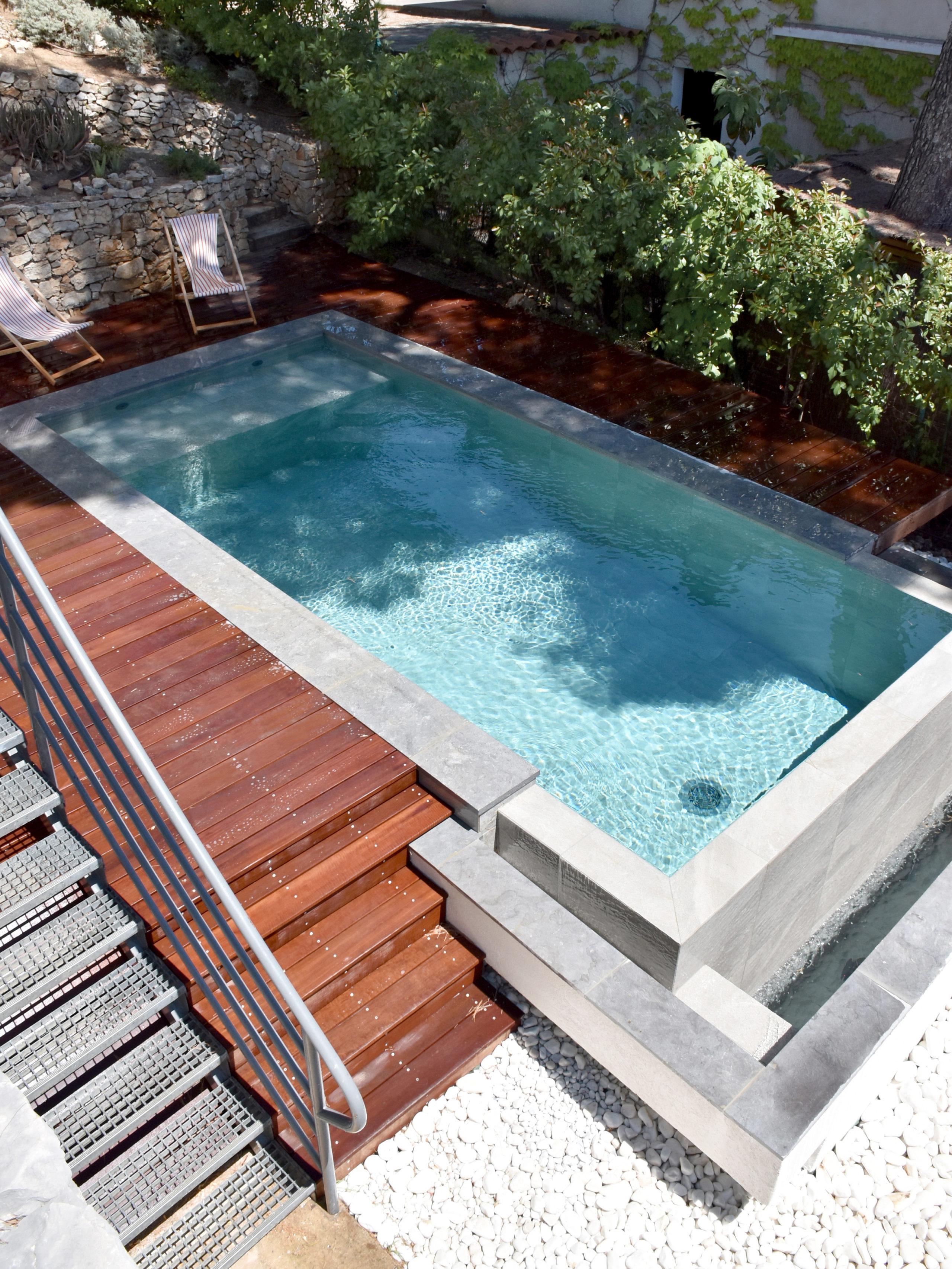 Piscine à débordement terrasse en bois image réalisation