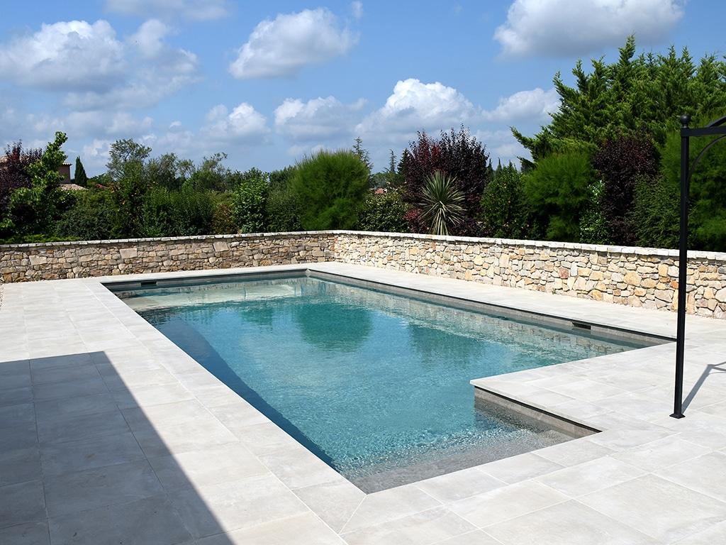 Piscine carrelée avec pourtour et vue sur piscine