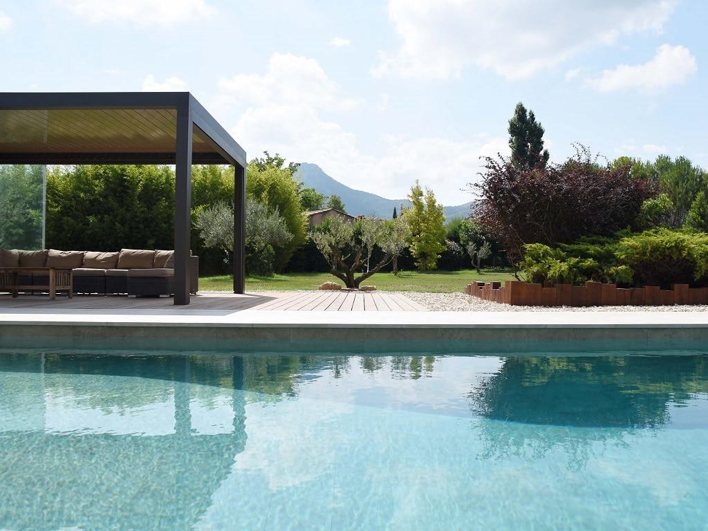 Piscine de luxe carrelage avec jardin moderne