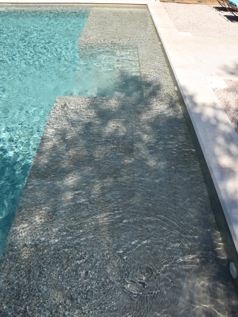 Réalisation piscine sur mesure avec entrée type plage