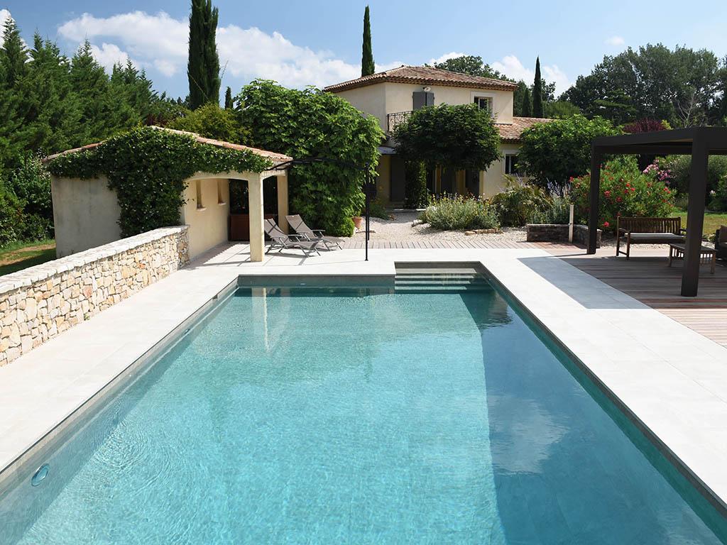 Rénovation piscine avec terrasse en béton et en bois